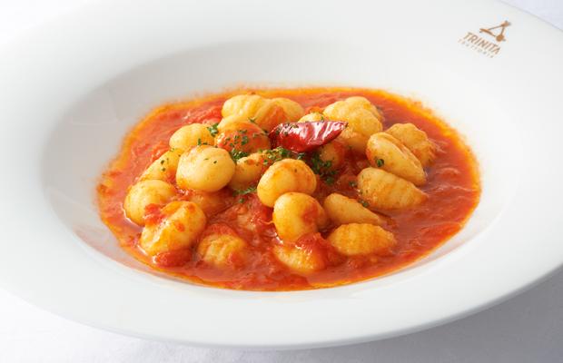 唐辛子、トマトのニョッキ(ジャガイモを潰して、粉、卵でまとめて小さく丸めたパスタです。)